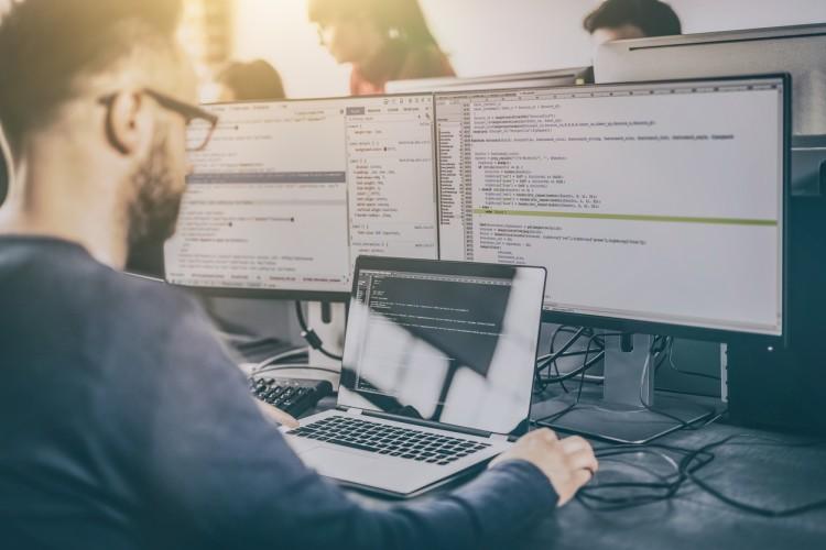 چگونه کد نویسی و برنامه نویسی با هم کار می کنند؟